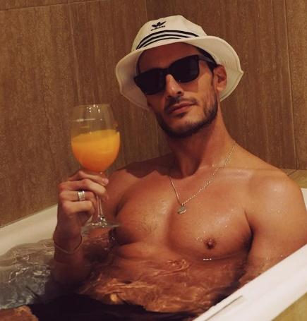 Ruben Rua faz festa na banheira de casa