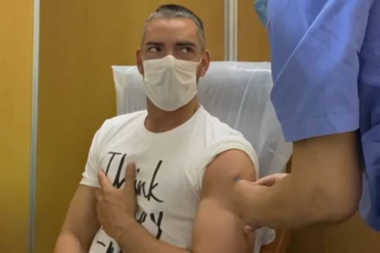 Claudio Ramos recebe vacina contra a Covid-19